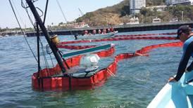 Barco hundido causa derrame de gasolina en bahía de Acapulco