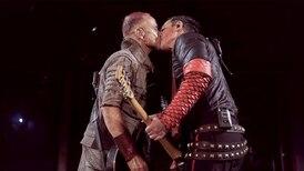 ¿Qué hay detrás del beso de los guitarristas de Rammstein en un escenario ruso?