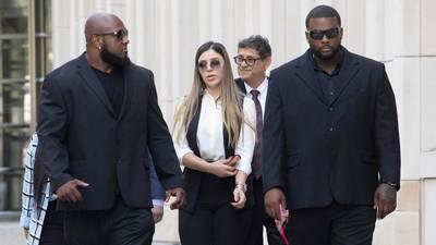 Arrestan a policía de Nueva York que trabajaba como escolta de esposa del 'Chapo'