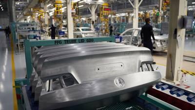 Escasez mundial de chips profundiza 'atorón' de ensamblaje de autos en México