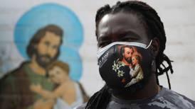 La historia del sacerdote africano que ayuda a pacientes COVID con oxígeno y medicinas