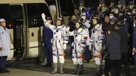 China lanza a tres astronautas en misión espacial de 6 meses