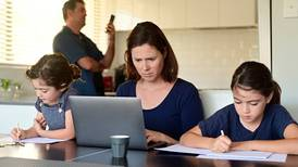 ¿Por qué las mujeres están más estresadas si las tareas del hogar se reparten 'mejor' en cuarentena?