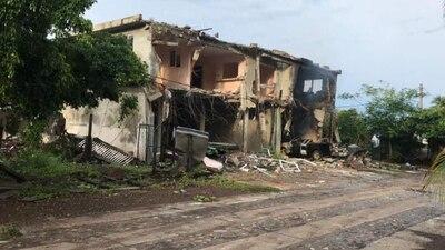 Narco modifica maquinaria para destruir casas en Aquila, Michoacán
