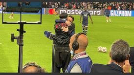 Ronaldinho y Messi: un tierno abrazo en el Parque de los Príncipes