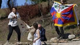Beijing 2022: Activistas protestan en encendido de llama de los 'juegos del genocidio'