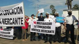 Marinos mercantes se manifiestan en contra de la militarización en puerto; es como en tiempos de Pinochet, dicen