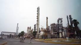 Pemex, de las empresas con calificación más vulnerable por caída de precios del petróleo: Fitch