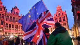 Reino Unido y Unión Europea suspenden pláticas sobre Brexit por negociador con COVID-19