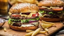 Aflójate el cinturón y los botones: Carl's Jr. tendrá hamburguesas a 1 peso este viernes
