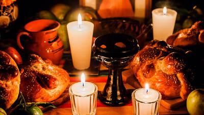 ¿Cuáles son los elementos que no pueden faltar en tu ofrenda de Día de Muertos y qué significan?