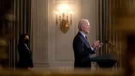 Biden, sujeto de alfileres