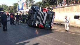 Volcadura de camión de Bomberos en Tlalpan deja dos heridos
